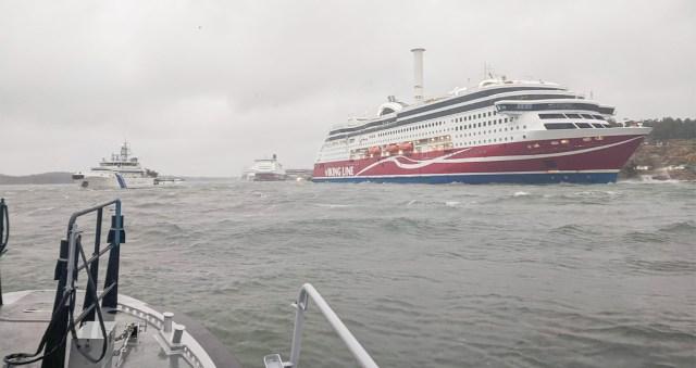 Värske info karile sõitnud Viking Grace'i kohta: sukeldujad uurivad laeva põhja, reisijad ööbivad laeval (lisatud droonivideo karile sõitnud laevast)