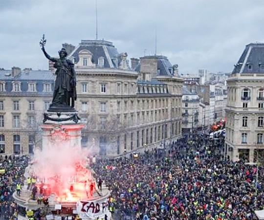 Pariis on taas leekides: mässajad loobivad politseid süütepudelitega