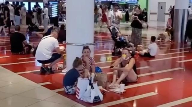 VIDEO: Koroonast räsitud Moskvas korjati kaubanduskeskuses ära lauad ja toolid, nii et inimesed pidid sööma põrandal