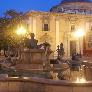 Plaza De La Virgen - neitsi plats vanalinnas