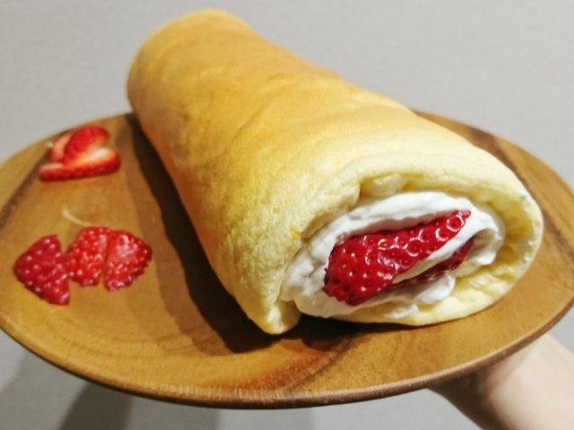 とった苺を使用したロールケーキ