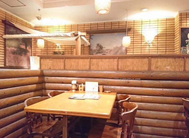 マサラの店内には2人掛け~4人掛けのテーブル席がある