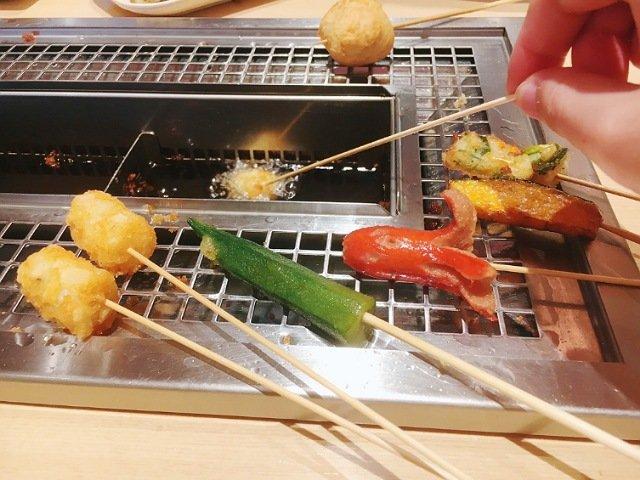 串家物語イオン高知店:揚げ物を食べる