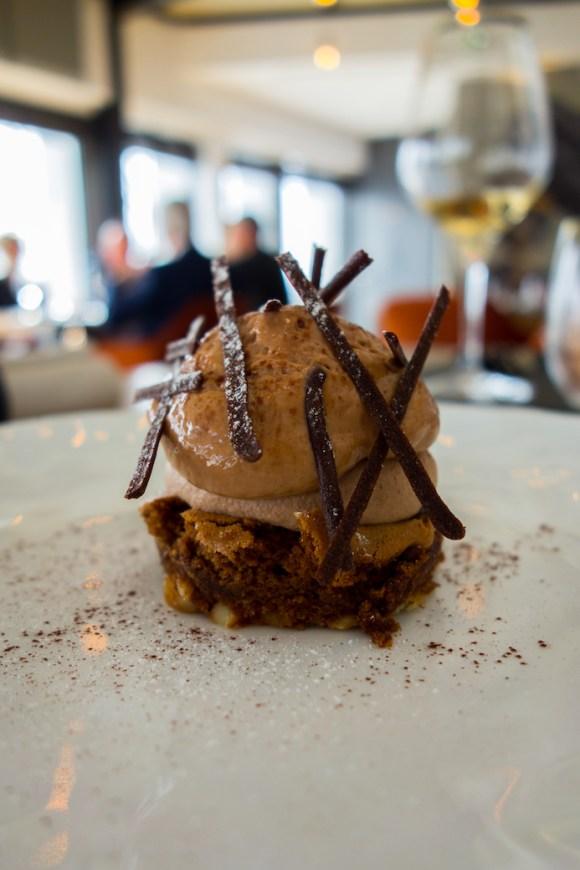 dessert en textures et contrastes de chocolat sur une assiette blanche