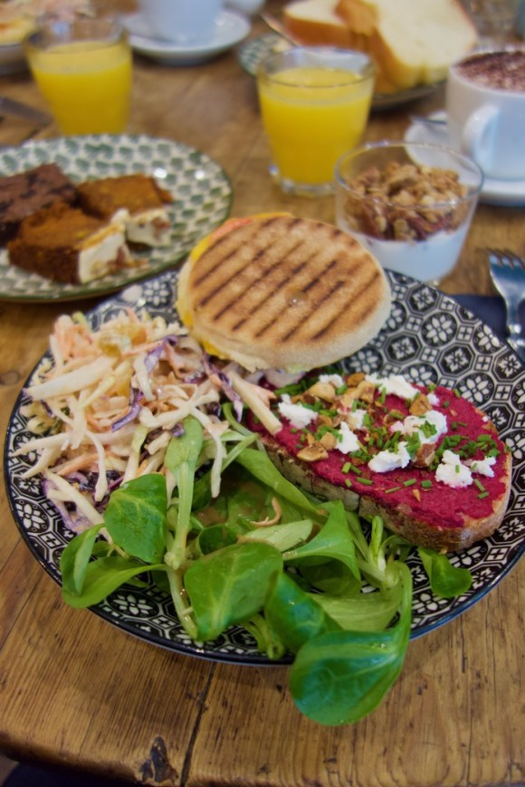 egg muffin, coleslaw et tartine betterave chèvre dans une assiette à motifs