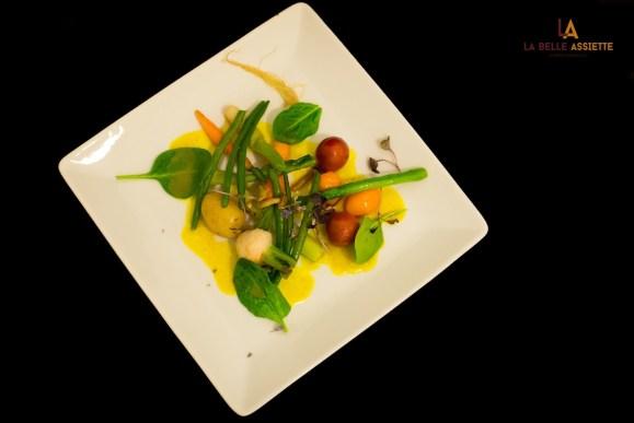legumes printaniers aux epices dans une assiette blanche