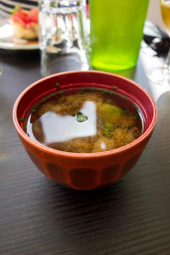 soupe miso dans un bol rouge