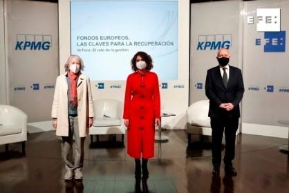 """La presidenta de la Agencia Efe, Gabriela Cañas (i), la ministra de Hacienda y portavoz del Gobierno, María Jesús Montero (c) y el presidente de KPMG, Hilario Albarracín (d) posan tras el tercer foro organizado por EFE y la consultora KPMG del ciclo """"Fondos Europeos, las claves para la recuperación"""" que, bajo el lema """"El reto de la gestión"""", se celebra este jueves en el Palacio de Linares, en Madrid. EFE/J.J. Guillén"""