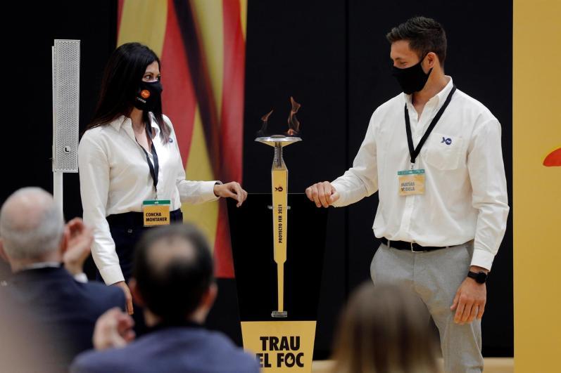 Los deportistas Concha Montaner y Matías Tudela prenden la antorcha olímpica de Barcelona ´92 durante la gala de la Fundación Trinidad Alfonso (FTA) celebrada este viernes para presentar su proyecto de becas y apoyo a deportistas olímpicos y paralímpicos con el que se ayuda a 142 deportistas con un desembolso de 1,2 millones por parte de la fundación. EFE/Manuel Bruque