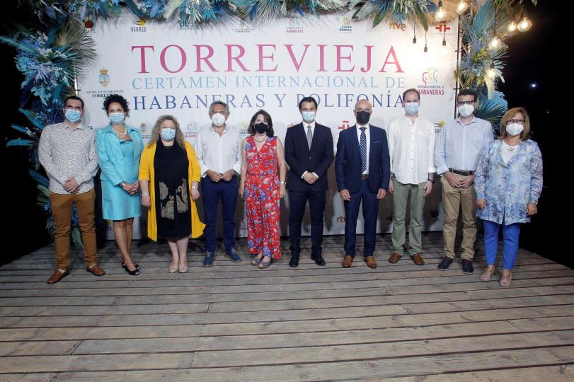 TORREVIEJA (COMUNIDAD VALENCIANA).- 19/07/21/ El alcalde de Torrevieja, Eduardo Dolón (5d), junto a la Rectora, Amparo Navarro (5i), y una amplia representación de la UA en el IX Certamen Internacional de Habaneras para Solistas Líricos celebrado hoy en el tornavoz de las Eras de la Sal de Torrevieja.EFE/Morell