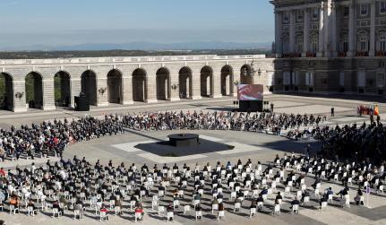 Acto de homenaje de estado a las víctimas de la pandemia de la covid-19 y de reconocimiento al personal sanitario, este jueves en la Plaza la Armería del Palacio Real en Madrid. EFE/Chema Moya