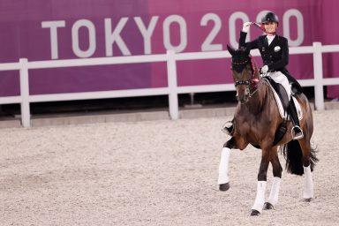 La alemana Jessica von Bredow-Werndl tras ganar la medalla de oro en la final de doma individual del Gran Premio de Estilo Libre de Equitación durante los Juegos Olímpicos 2020, este miércoles en el hipódromo Equestrian Park en Tokio (Japón). EFE/ Kai Försterling