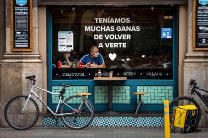Una pareja de turistas en un bar de Barcelona. Efeagro/ Enric Fontcuberta.