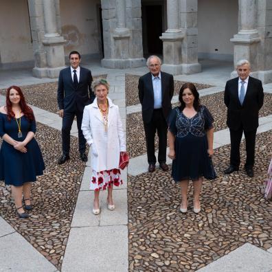 GRAF5882. ALCALÁ DE HENARES, 07/07/2021.- Los nuevos académicos posan para una foto antes de la Cumbre de Académicos del Perfume celebrada hoy en el Paraninfo de la Universidad de Alcalá de Henares. EFE/Fernando Villar
