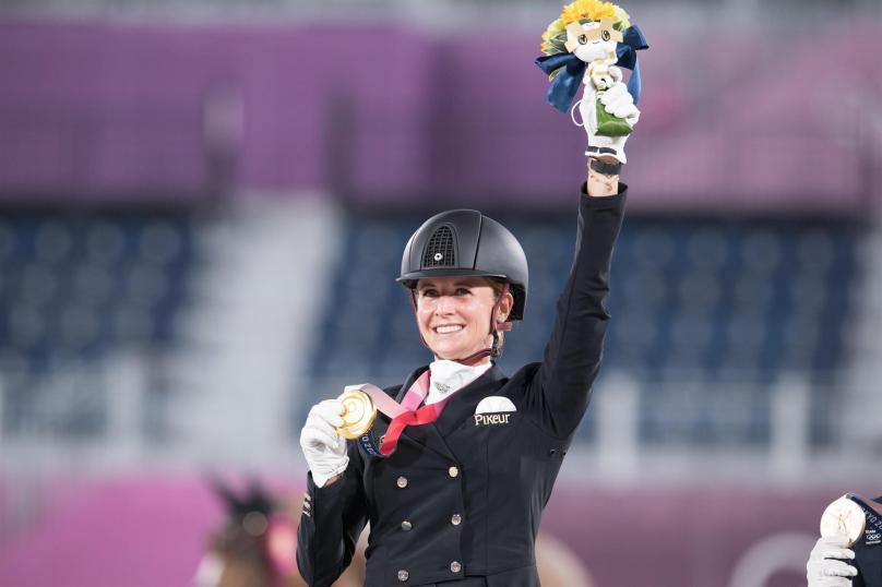 La alemana Jessica von Bredow-Werndl hace historia en los Juegos Olímpicos de Tokio 2020 en el Parque Ecuestre de Baji Koen con su fabulosa yegua TSF Dalera en la final de estilo libre individual para ganar la medalla de oro individual, que se suma a su increíble victoria por equipos de ayer. (FEI/Shannon Brinkman)