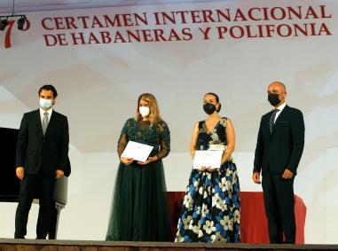 TORREVIEJA (COMUNIDAD VALENCIANA).- 19/07/21/ Mar Machado (i) y Elisabeth Culebras, ganadoras por el jurado y por el público respectivamente, entre el alcalde de Torrevieja, Eduardo Dolón (1i) y el Presidente del Certamen, antonio Quesada, en el IX Certamen Internacional de Habaneras para Solistas Líricos celebrado hoy en el tornavoz de las Eras de la Sal de Torrevieja.EFE/Morell