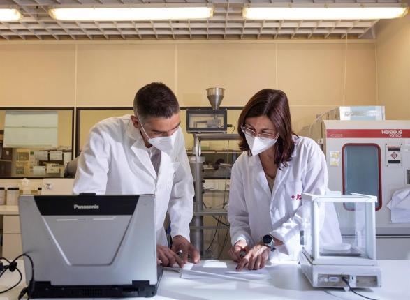 Investigadores y técnicos de Instituto de Tecnología Cerámica (ITC-AICE) desarrollan los Proyectos Hipocarbónic y Energétic relacionados con el aprovechamiento energético el consumo de energía y las emisiones al medio ambiente. En la imagen Ana Mezquita y Salvador Ferrer en los laboratorios del ITC. EFE/Domenech Castelló