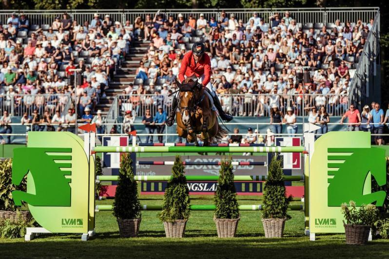"""El alemán André Thieme, a lomos de """"DSP Chakaria"""", compite este domingo en que ha obtenido la victoria en los Campeonatos de Europa de saltos de obstáculos de equitación, disputados en Riesenbeck (Alemania), tras imponerse en la ronda de desempate al jinete que defendía el título logrado hace dos años en Rotterdam (Países Bajos), el suizo Martin Fuchs. EFE/Christophe Taniere /Federación Ecuestre Internacional (FEI)"""