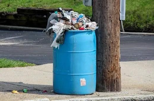 Papelera llena de basura