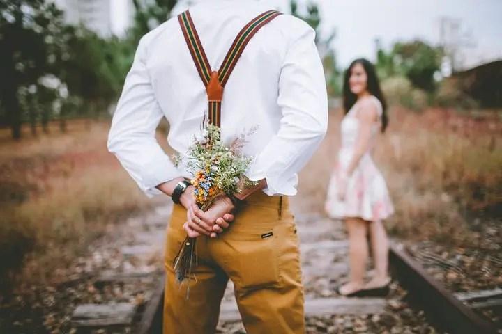 Hombre regalando flores
