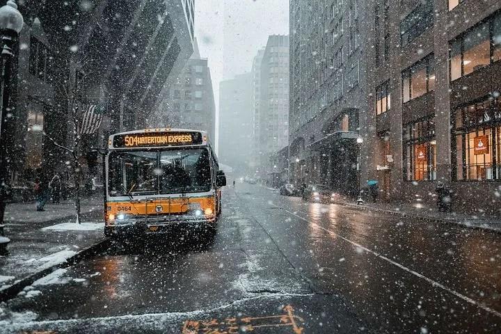 Un bus en medio de la lluvia