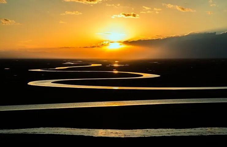 El agua de un río fluye mansamente