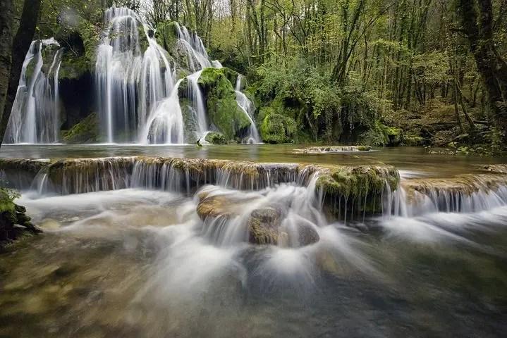 Río con cascadas