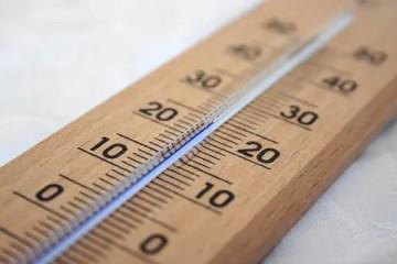 Termómetro marcando temperatura de 20 grados