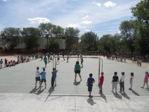 Jugando al fútbol en el patio durante el recreo