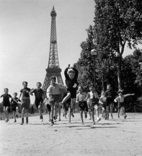 Crianças e a Torre Eiffel (1944)