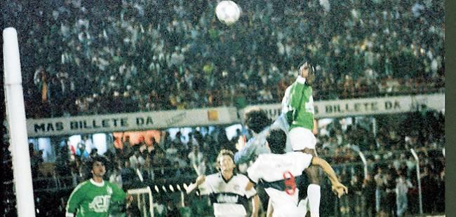 Usuriaga faz 2 a 0 contra o Olímpia no El Campín, na final