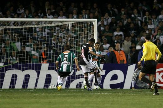 O gol de Alecsandro abriu o placar em Curitiba