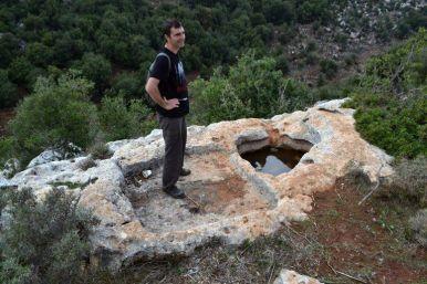Bacini in roccia calcarea su una scarpata scavata nei millenni da uno wadi. Sito individuato da foto satellitari