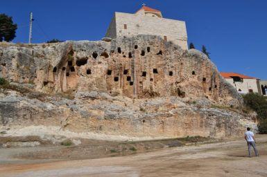 Tombe scavate nella falesia su cui sorge il centro antico di Amioun, dominato dalla chiesa di San Giovanni
