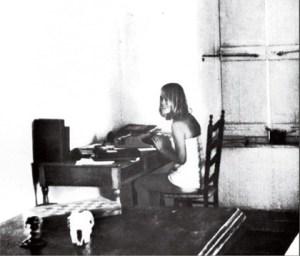 marianne-au-dos-de-la-pochette-de-songs-of-the-room