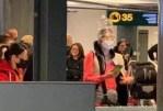 Mesure anti-coronavirus à l'aéroport: bouteille d'eau sur la tête.