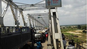 Pro-Biafran protesters block Niger bridge as they demand release of their leader (Photos)