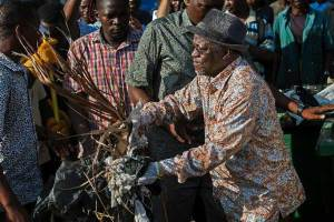 Tanzanian President, John Magufuli sweeps the streets on Independence Day (Photos)