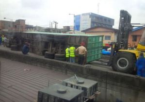Another container falls off trailer on Ojuelegba bridge in Lagos (Photos)