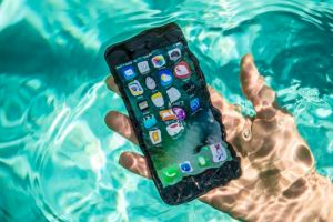 , 5 Ways to save your phone when it falls in water, Effiezy - Top Nigerian News & Entertainment Website