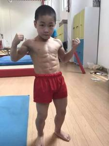 Check out the 7 year old boy with 6packs (photo)