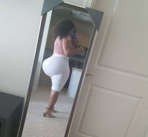 Slay queen torments social media users with her Huge backside (Photos)