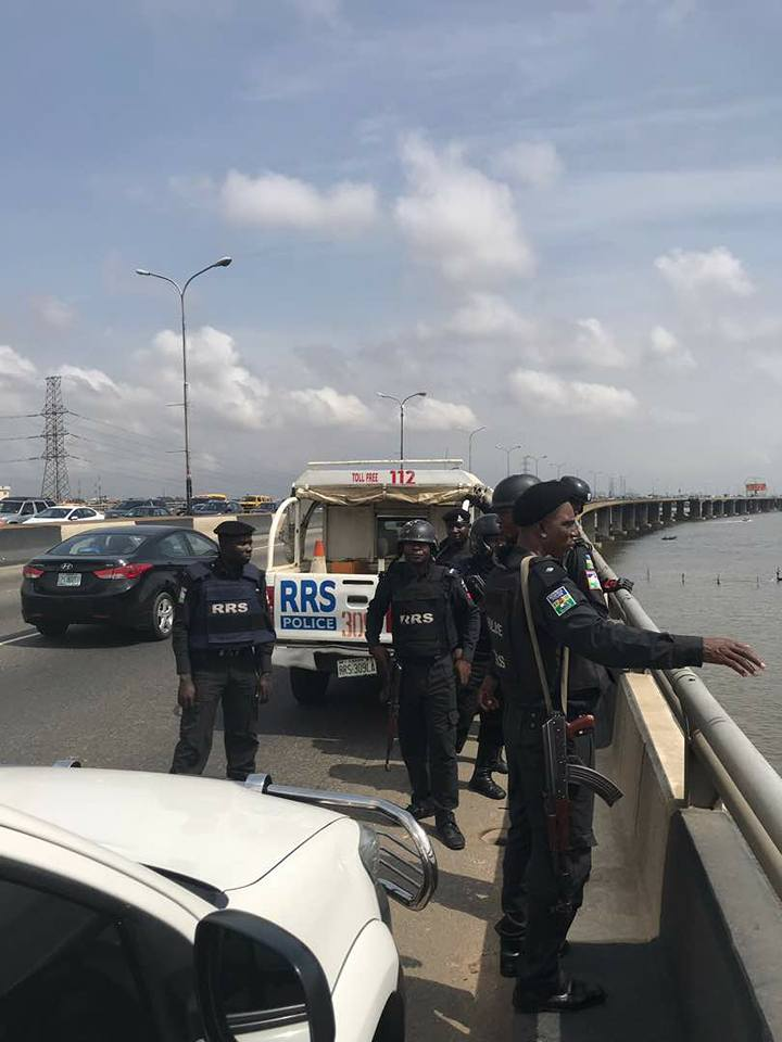 , Boat Capsizes Under Third Mainland Bridge In Lagos, 19 Passengers Rescued. (Photos), Effiezy - Top Nigerian News & Entertainment Website