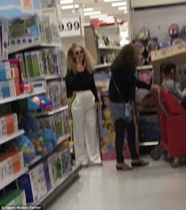 Beyonce seen shopping with her daughter at a local grocery store in US, even pushed her own shopping cart (Photos)