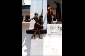 See How A Man Was Romancing A Female Statue (Photos, Video)