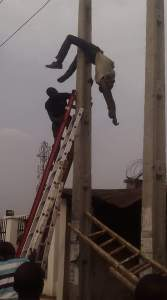 PHCN Official electrocuted In Akure While Working On A Pole (Disturbing Photos)