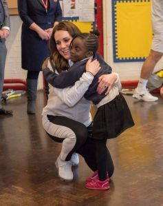 Pregnant Kate Middleton visits primary school pupils in London (Photos)
