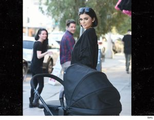 Kylie Jenner's wax and baby spotted on the streets (Photos)