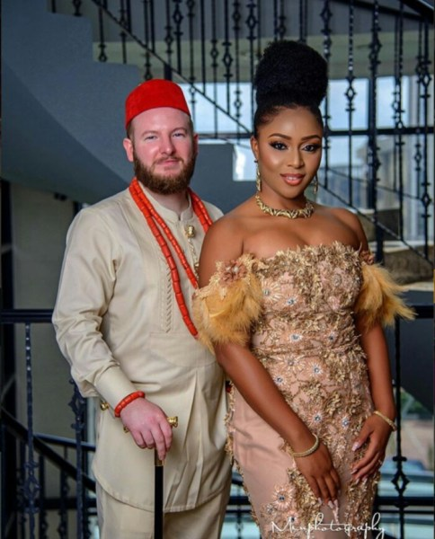 , Lovely Pre-wedding Photos Of Oyinbo Man & His Igbo Bride In Traditional Attires (Photos), Effiezy - Top Nigerian News & Entertainment Website