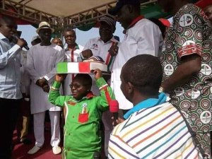 Gov. Ortom of Benue turns man to cake stand as he cuts campaign cake. (Photo)